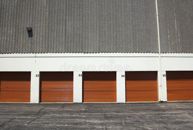 给橙色公共存贮装门 图库摄影
