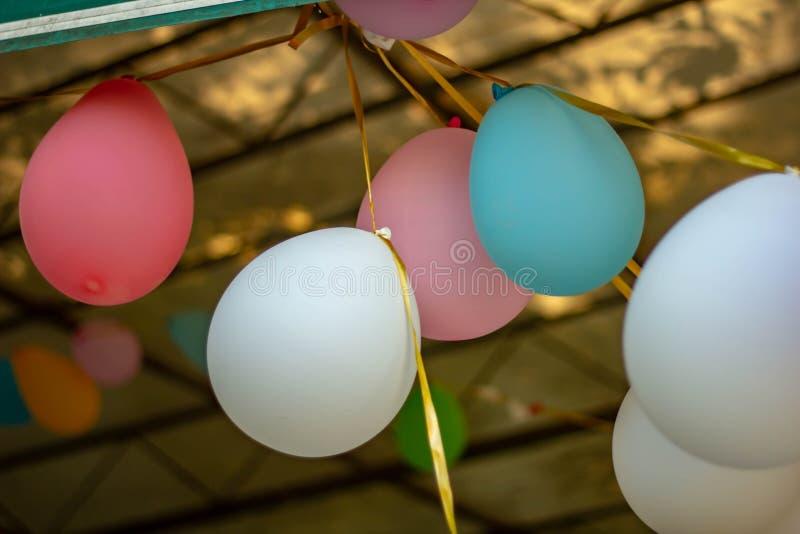 给欢乐大气的色的用于生日的五颜六色的气球的背景、照片和党 库存图片