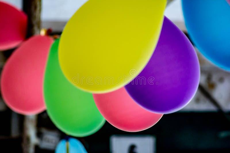 给欢乐大气的色的用于生日的五颜六色的气球的背景、照片和党 库存照片