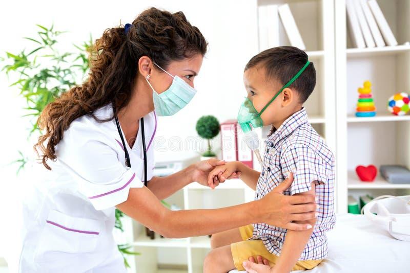 给氧气的有同情心的儿科医生一个小孩 库存图片