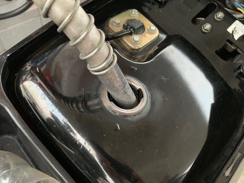 给汽车油分配器加油 库存照片