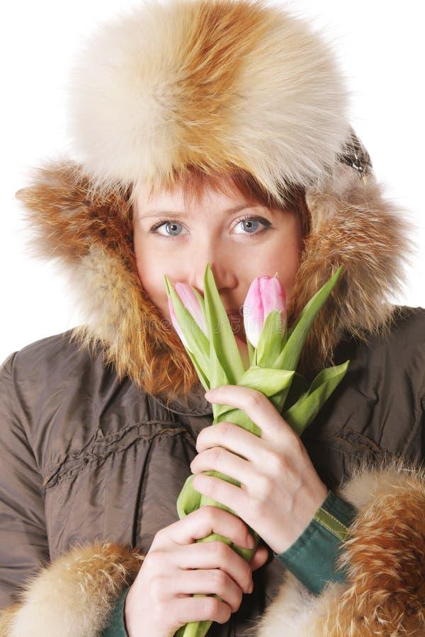 给温暖红头发人的郁金香穿衣 库存照片