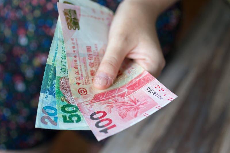 给港元HKD现金的手 库存照片