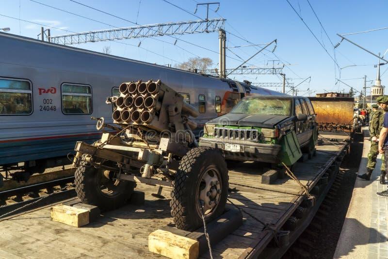 给火车站的俄国公民被展示的恐怖分子车  库存照片