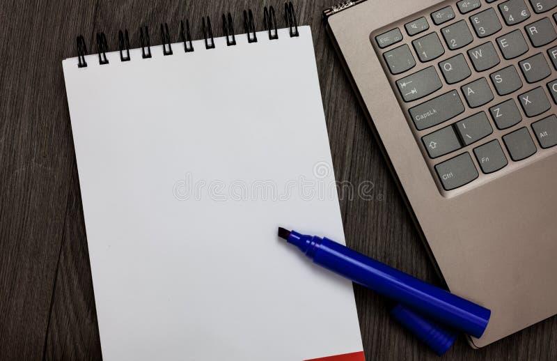给的开放笔记本白页做广告设计企业空的模板被隔绝的最低纲领派图表布局模板 库存照片