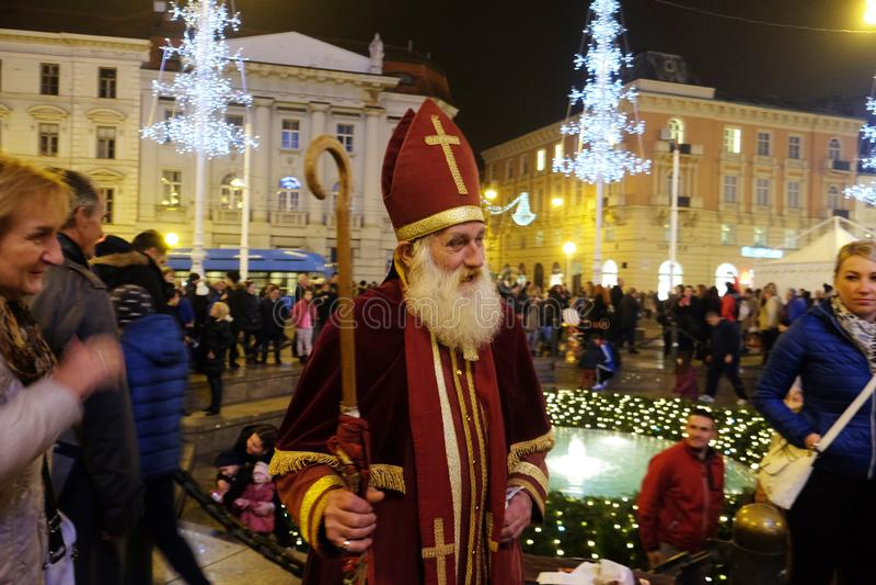 给礼物的圣尼古拉斯孩子在萨格勒布 库存照片