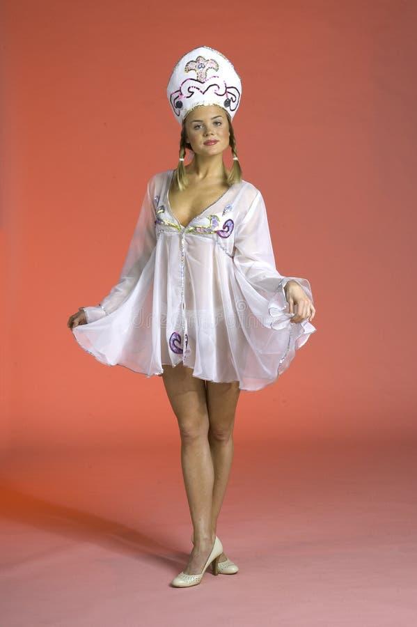 给穿衣的俄国性感的妇女 免版税库存照片