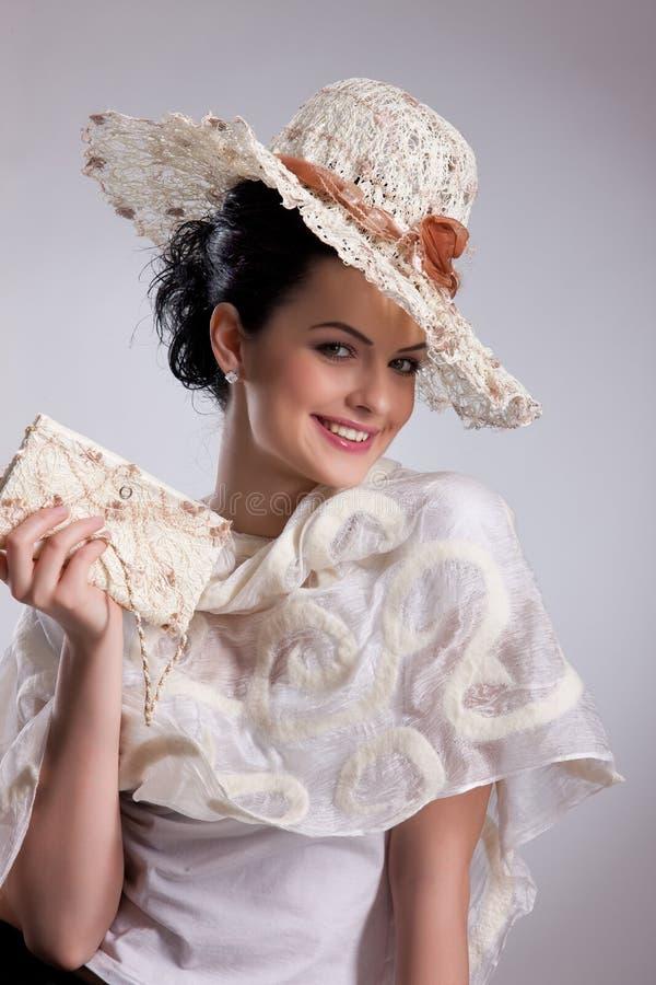 给穿衣的时髦的女人年轻人 免版税库存图片