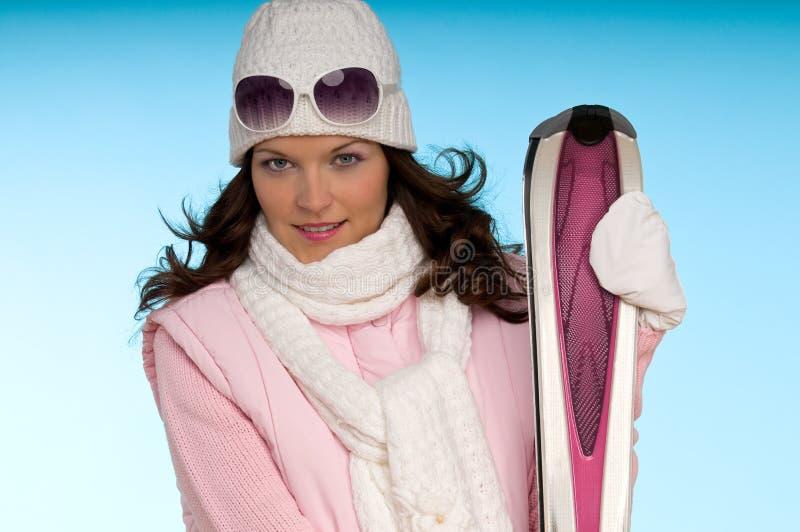 给纵向滑雪佩带的妇女年轻人穿衣 免版税库存照片