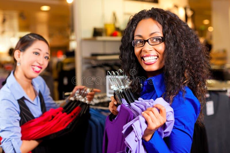 给购物中心购物妇女穿衣 库存图片