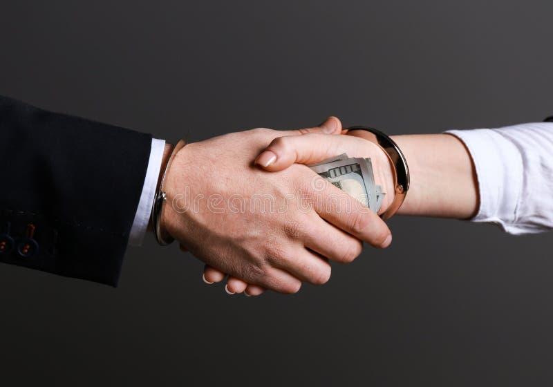 给贿款的妇女在灰色背景的商人 腐败概念 库存照片