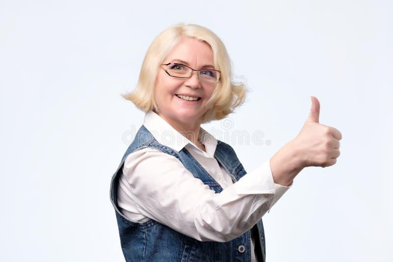 给赞许的年长白肤金发的欧洲妇女 库存照片