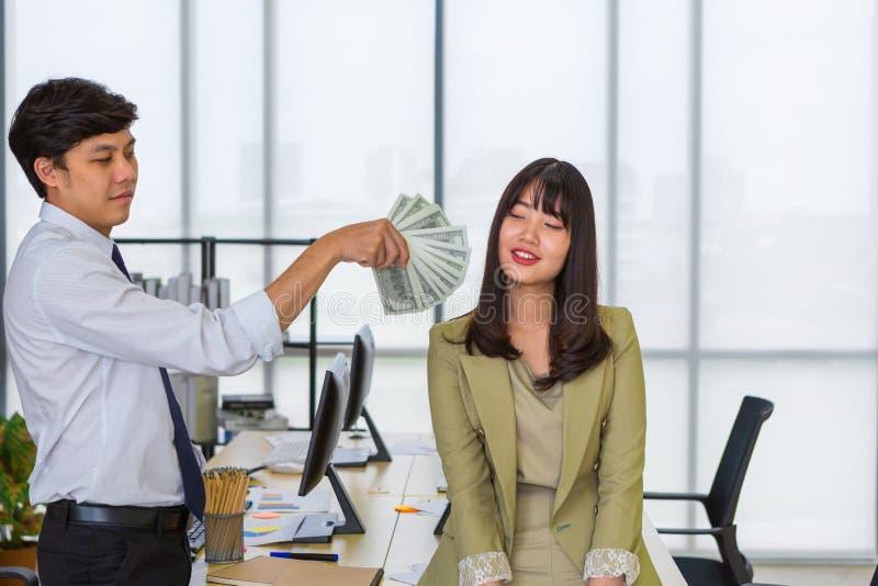 给金钱微笑的妇女的人 免版税库存图片