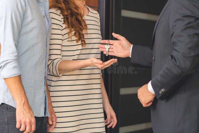 给钥匙的卖主买家 库存照片