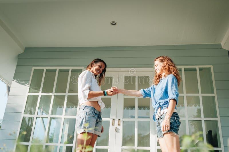 给钥匙的房地产经纪人新的财产所有人 库存照片