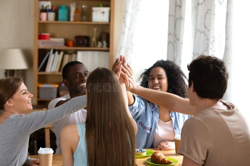 给高五的愉快的小组不同的人民 免版税库存图片