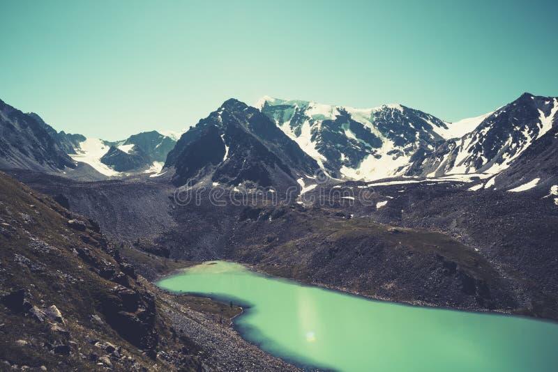 绝对高地湖,多云天空,黏土岸,遥远的山,清楚的等高,准确图象光滑的镜子般的表面  免版税库存图片