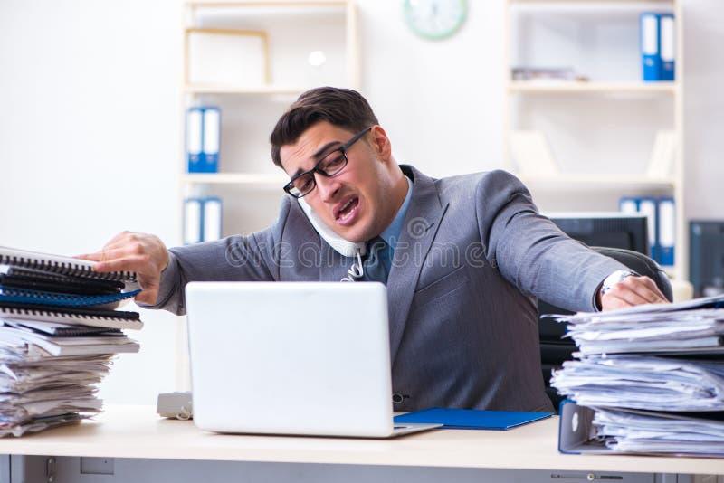 绝望哀伤的雇员在电话中心疲倦了在他的书桌 免版税图库摄影