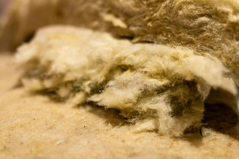 绝热材料,矿毛绝缘纤维包裹在箔被包裹 免版税图库摄影