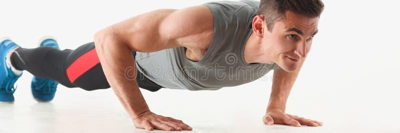 绞从地板的健身人展示 免版税库存照片