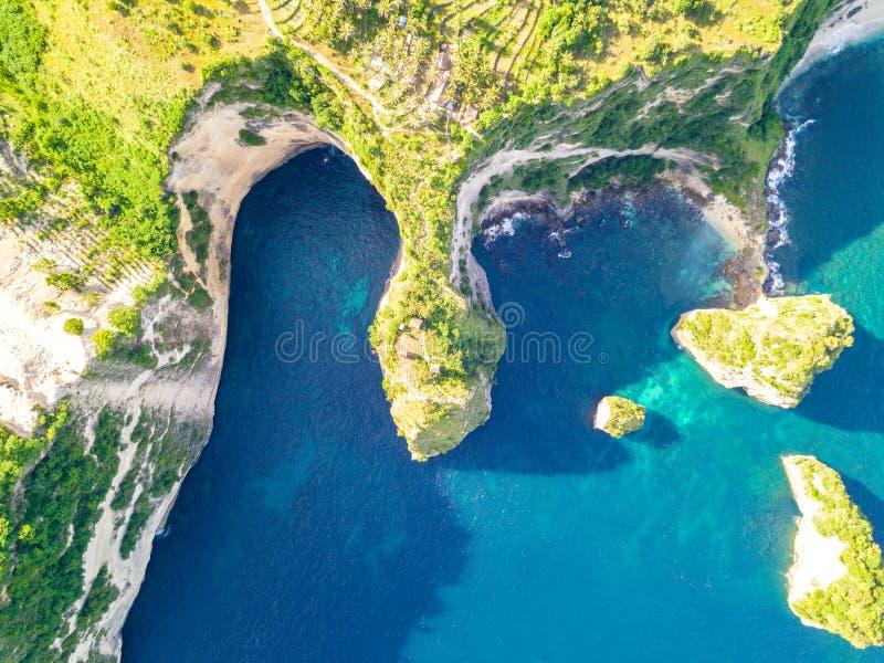 绞的岩石热带海岸鸟瞰图 库存照片