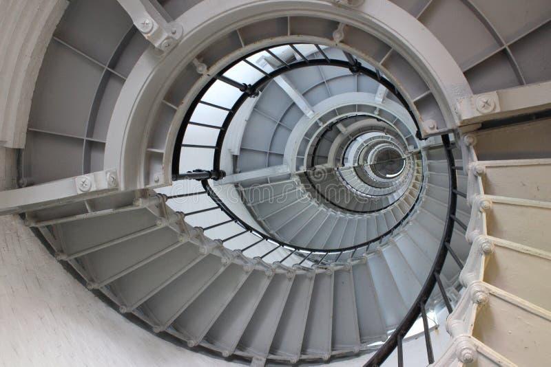 绞的抽象白色螺旋形楼梯 免版税库存图片