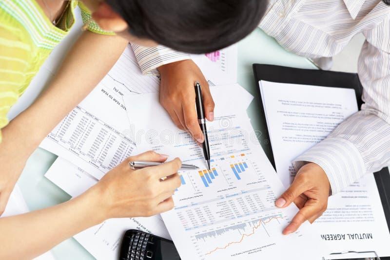 统计数据二妇女工作 免版税图库摄影