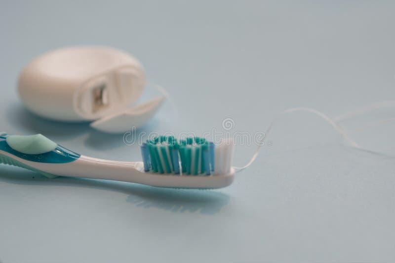绣花丝绒和刷子 为掠过的牙设置 库存照片