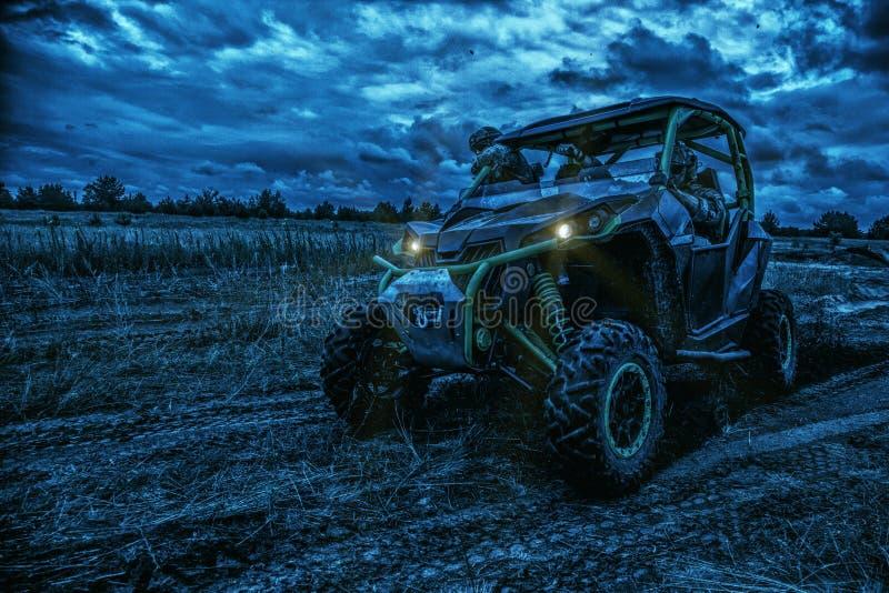 继续前进军用儿童车的军队别动队员在晚上 免版税库存图片
