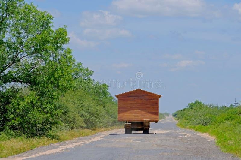 继续前进卡车和看起来motorhome rv,格兰查科,巴拉圭的预制房子 库存照片