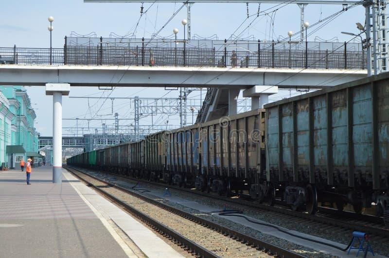 继续前进沿大驻地的铁路货运汽车路轨 免版税图库摄影