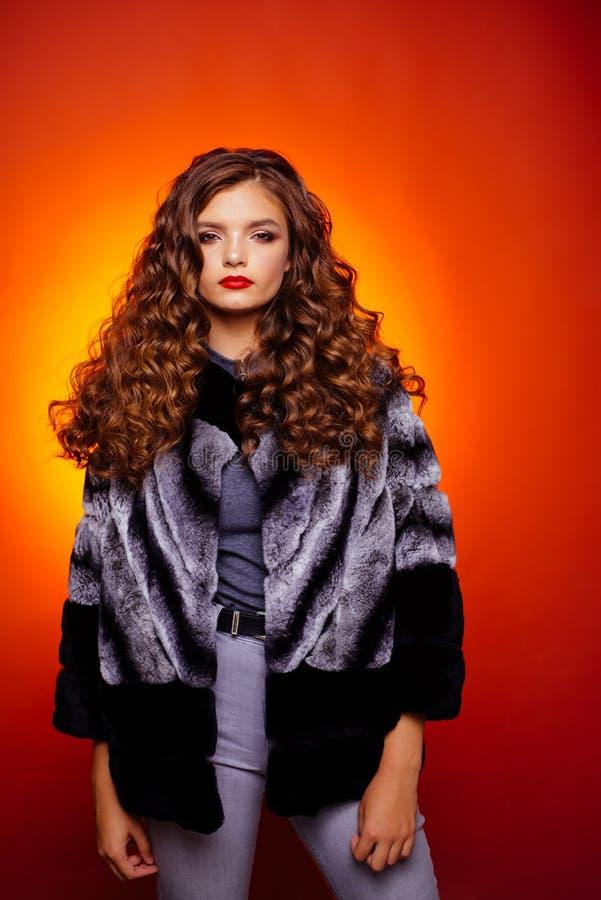 继续波浪看强 有头发长的锁的年轻女人  健康护发习性 称呼在秀丽的头发 库存图片