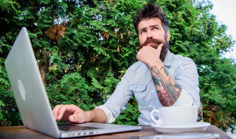 继续进行写博克 写博克在普遍的人脉的有胡子的人 非职业新闻工作者博克和文字文章 图库摄影