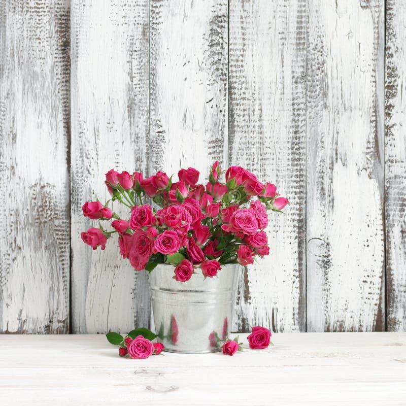 绯红色玫瑰花束在桶的 免版税库存图片