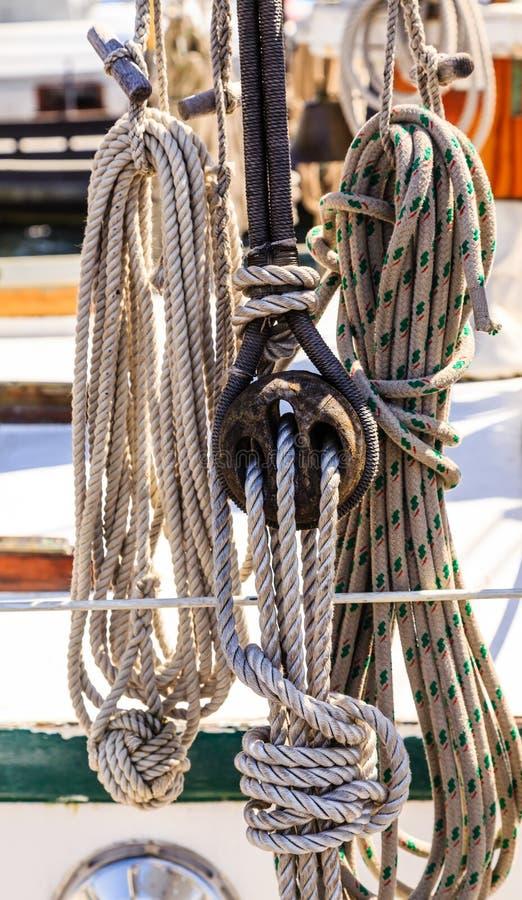 绳索和滑车组在风船 库存照片