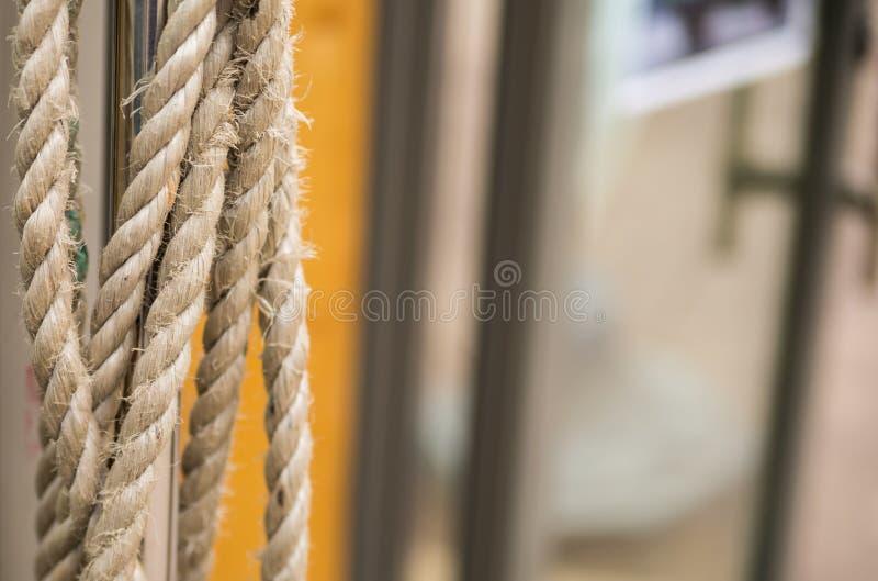 绳索稀薄的灰色结辨的天然纤维 库存图片