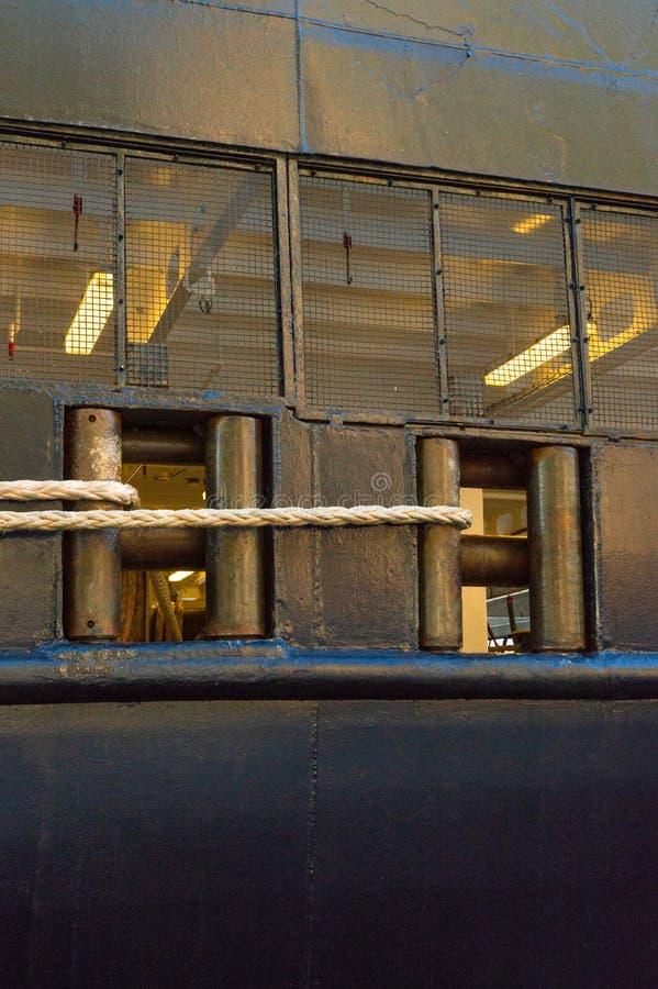 绳索系泊缆,在停泊的游轮附近的严厉的左舷的导缆孔 库存照片