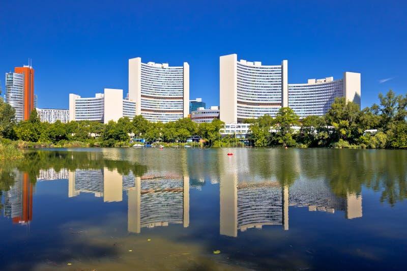 维也纳国际中心Kaiserwasser湖反射视图 库存图片