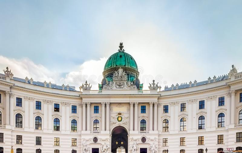 维也纳奥地利-双十国庆2014年:Hofburg宫殿门面关闭,从Michaelerplatz的看法 免版税库存照片