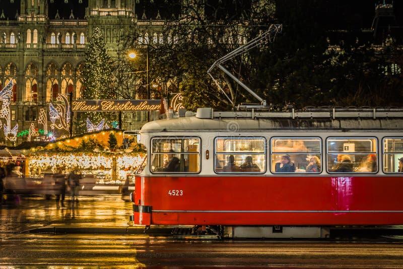 维也纳电车及时圣诞节打过工 免版税库存照片