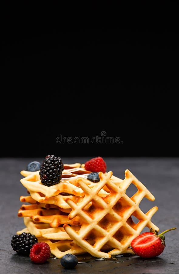 维也纳薄酥饼照片用在黑背景的莓果 免版税库存照片