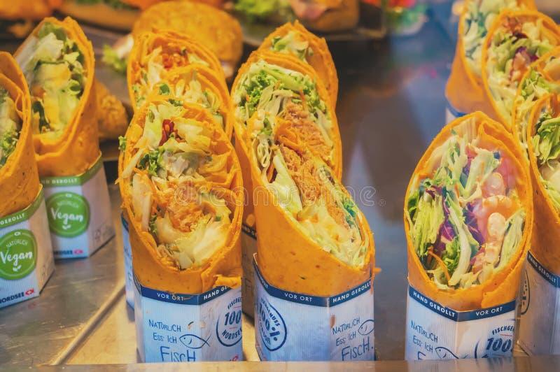 维也纳,奥地利,2017年8月14日:素食主义者和卷海鲜餐馆的Nordsee维也纳快餐 库存图片