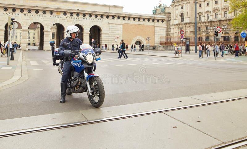 维也纳,奥地利- 2018年4月15日:在摩托车的维也纳警察 免版税库存照片