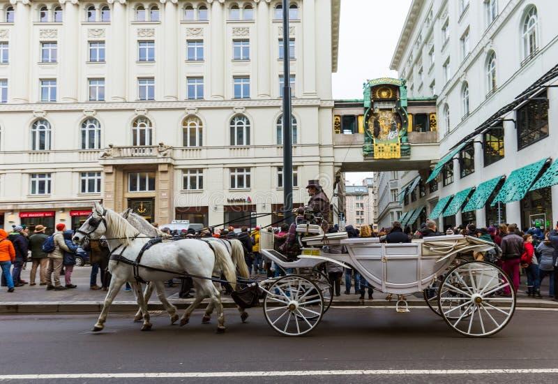 维也纳,奥地利- 2016年12月28日:Fiaker在Ankeruhr时钟附近的马支架在Hoher 2016年12月28日世纪广场在维也纳 免版税库存图片