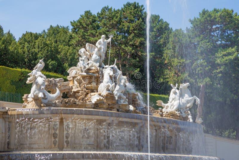 维也纳,奥地利- 2014年7月30日:Schonbrunn宫殿和庭院从海王星喷泉 库存照片