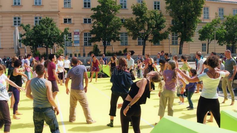 维也纳,奥地利- 2017年8月12日 出席小组健身的人们分类在MuseumsQuartier地区 库存图片