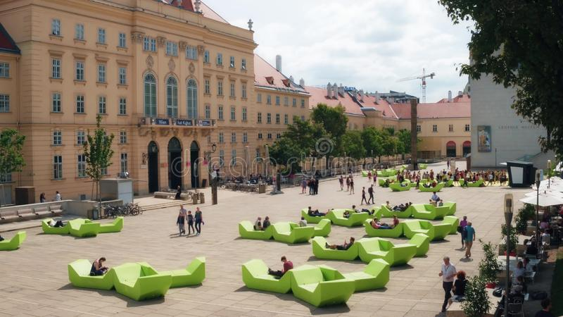 维也纳,奥地利- 2017年8月12日 MuseumsQuartier地区是家庭对从大美术馆的许多设施 库存图片