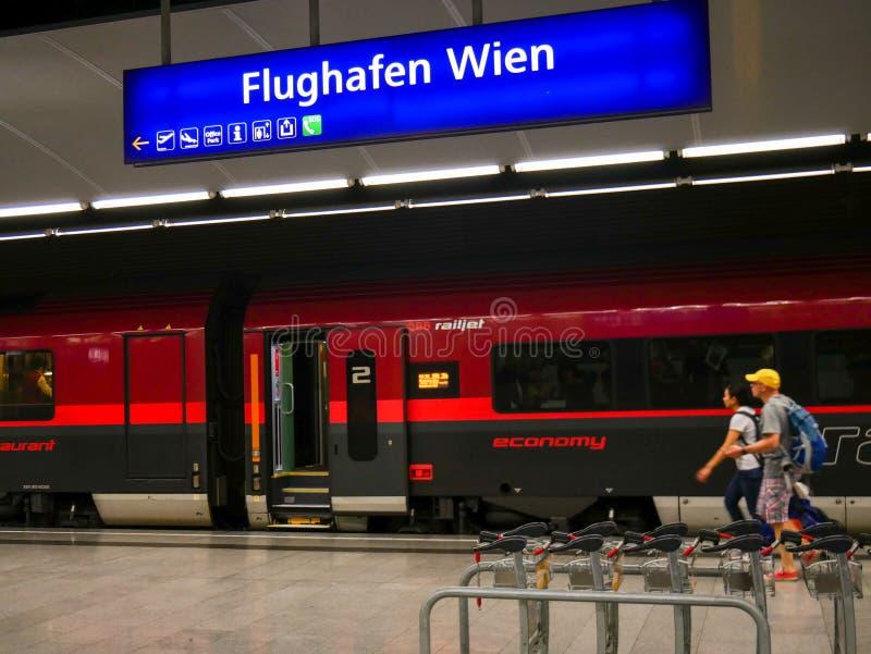 维也纳- 2019年6月1日:乘obb火车的旅游冲在维也纳 免版税库存图片