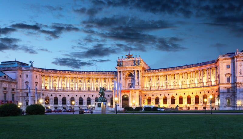 维也纳Hofburg皇家宫殿在晚上 免版税库存图片