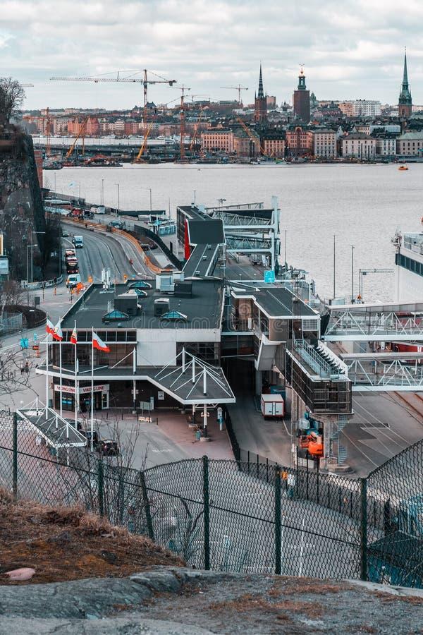 维京号邮轮大载汽车轮船向芬兰离去Tegelvikshamnen的轮渡码头 库存照片